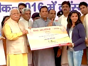 Sakshi reaches Haryana, presented Rs 2.5 crore cheque