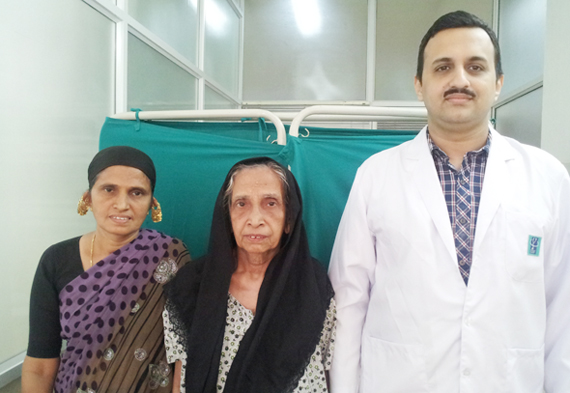 Dr.Vijay_with_the_patient_centre