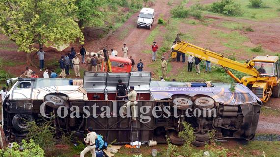 Five Killed As Bus Veers Off Highway Coastaldigest Com